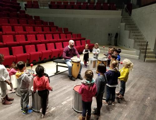Les élèves inscrits en éveil musical découvrent les percussions